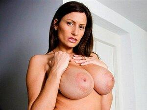 Mamas Grandes E Incríveis Enquanto Chupamos Pilas, Temos Mamas Grandes Para Ti! A Jane Sensual Tem Mamas Enormes E Naturais Que Parecem Tão Macias. Sabes O Que Ficaria Melhor. Uma Pila Entre Eles. Ela Chupa A Pila Enquanto Está A Ser Fodida E A Rata Sumar Porn