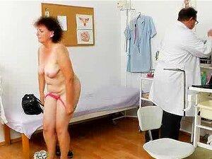 Um Exame De Fossa E Uma Avó Bastarda. Porn