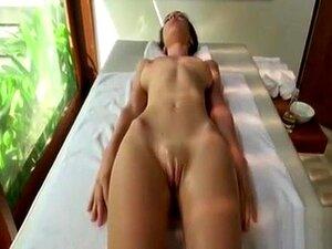 Massagem Lésbica Sensual Com Dedos De Rata, Deitada Nua Na Mesa é Uma Bela Morena Nua Com Mamas Alegres. Sua Massagista é Uma Lésbica Sexy Que Dá Um Final Feliz Com Clitóris Esfregando E Buceta Fingindo. Porn