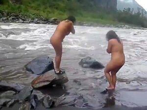 Indian Mulher Nua De Banho De Rio, Pau Gostoso Criar Vídeo De Desi Impertinente Senhoras Wifes Para Um Homem No Sutiã Calcinha Piscando Lindo Peitos E Bunda Para Galo Provocadora Marido Na Praia Enquanto Estava De Férias Com O Marido. Porn
