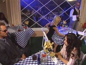 Linda Loira No Restaurante Porn