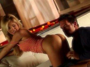 Loura Com As Maiores Calças A Copular No Sofá, Faz Login Para A área De Membros De Cabelo Dourado Com Bazucas Gigantes A Foder Em Bedstead. Porn