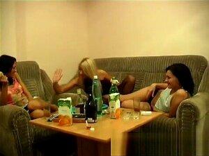 Três Jovens Deslumbrantes Embebedam - Se E Envolvem-se Em Boas Acções Lésbicas. Porn