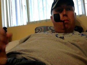 Sargento Emocionante A Fumar Cachimbo E A Masturbar-se Para Pornografia. Porn