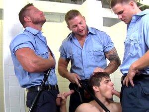 Um Grupo De Polícias Gays Chupados Por Um Jovem, Um Grupo De Polícias Gays Chupados Por Um Jovem E Que Não Se Fartam Porn