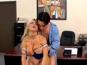 Holly Halston & Charles Dera In Naughty Office. A Holly Halston Tem De Tomar Decisões Difíceis Com O Marido Fora Do Escritório. Quando Ela Ouve Sobre Um Pequeno Esquema Que Um De Seus Empregados Tem Ido, Ela Confronta Seu Empresário, Charles. O Charles Po Porn