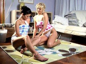 As Lésbicas Gostam De Se Explorar. O Jogo De Cartas Transforma - Se Numa Sessão Sexual Lésbica Com A Aloha E A Rhianna. Porn