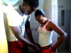 Um Verdadeiro Casal Negro Africano Amador. Estes Tipos Entraram Um No Outro Ao Meio-dia Depois De Não Se Terem Visto Durante Muito Tempo Enquanto Andavam Pelas Ruas De Lusaka Antes De Se Vestirem No Chuveiro. Porn