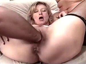 Tenho Uma Festa De Sexo Em Grupo Não Profissional Para O Aniversário Dela, Esta Boazona Tem Sido Uma óptima Esposa E Eu Comprei-lhe Um óptimo Presente Para O Aniversário Dela. Aquela Playgirl Foi Golpeada Na Cama Por Um Bando De Rapazes Sexualmente Excita Porn