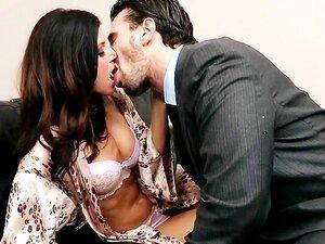 A Mulher Morena Da Lonley Implora Ao Marido Para A Ajudar A Esguichar. Porn