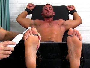 Muscle Stud Clama Por Ajuda Dos Pés. Porn