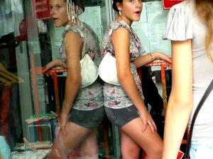 Adolescentes Trashy Filmados Por Um Voyeur Na Rua, Duas Cadelas De Adolescente Quente São Irremediavelmente Tentando Entrar Em Uma Loja Ao Mesmo Tempo Um Filmes Voyeur Sua Sedutora E Seios Pequenos, Bunda, Pernas E Pés De Salto Alto Porn